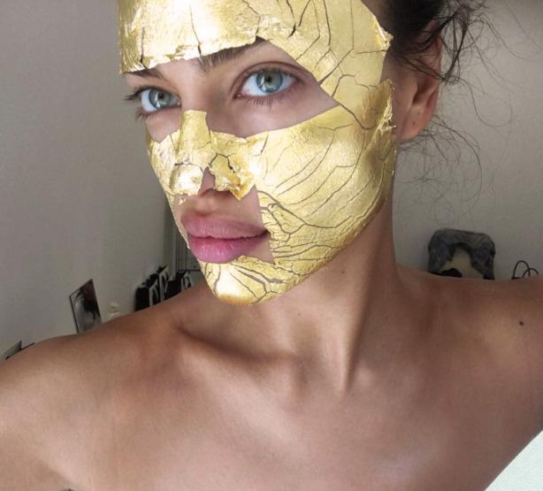 راز زیبایی پوست مدل ها با ماسک طلا